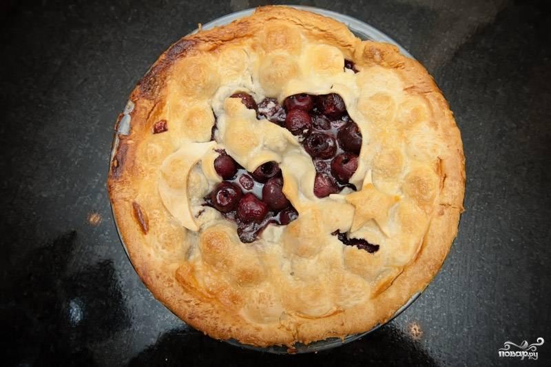 Пирог посыпать сахаром и выпекать около часа при 190 градусах, пока корка не станет коричневой, а начинка игристой. Приятного аппетита!