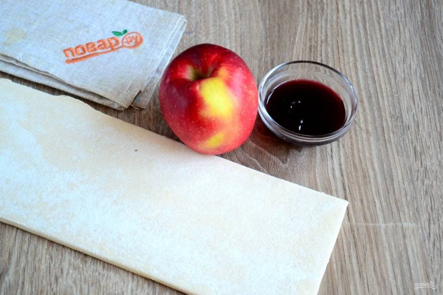 Подготовьте все необходимые ингредиенты. Слоеное дрожжевое тесто разморозьте, чтобы его легко было раскатывать.