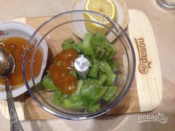 4. Перекладываем замерзшие кусочки киви в чашу блендера, добавляем лимонный сок, мед и воду.