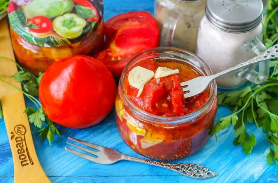 Ароматную заготовку открывайте по мере необходимости и подавайте к столу. С такими помидорами можно приготовить ароматный пирог.