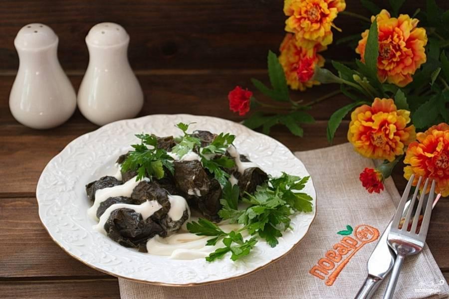 Подайте долму к столу. Можно добавить сметаны или сметанного соуса, соединив сметану со специями и чесноком.