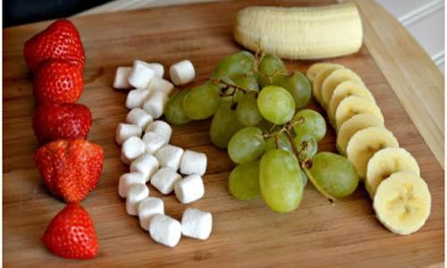 1. Подготовим все ингредиенты и наострим шпажки! :) Банан режем кружочками, виноград и клубнику тщательно моем. Если брали обычный зефир - стараемся вырезать из него кружочки поменьше.
