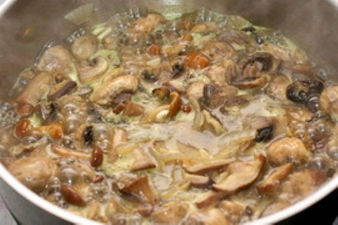 Лук мелко порежьте и обжарьте на сливочном масле. Затем добавьте в сковороду порезанную кружками морковь и обжаривайте еще 4-5 минут. Затем добавьте грибы и жарьте еще минут 5.