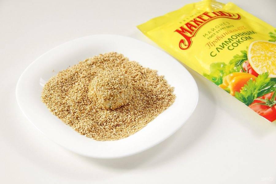 Поджарьте слегка кунжут на сухой сковороде и обваляйте в семенах поочередно все шарики.