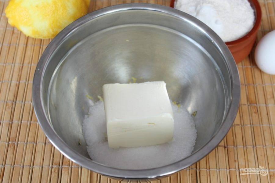 Кладем кусок мягкого сливочного масла. Ставим миску на водяную баню и все хорошо перемешиваем.