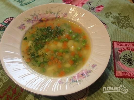 8. Наливаем суп в тарелки и добавляем мелко нарезанную зелень. А тем, кто очень голоден - добавим и мясо:)