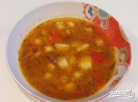 Зелень укропа можно добавить в кастрюлю с супом или в тарелки при подаче.