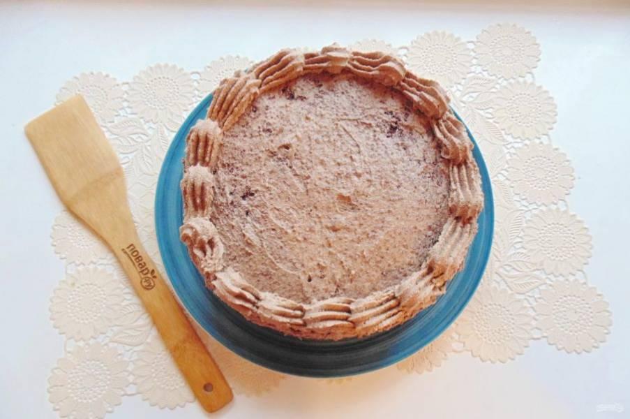 Отложенным кремом сделайте узор по краю торта.