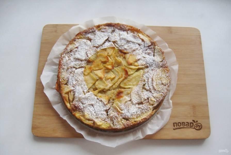 Пирог достаньте из формы, хорошо охладите и посыпьте сахарной пудрой по желанию.