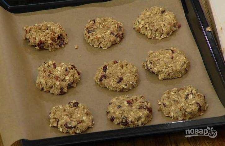 7.Выложите печенье на противень с пергаментом.