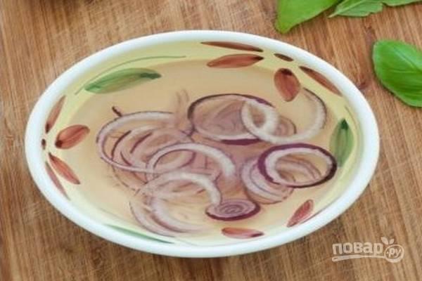 Репчатый лук, очищенный и промытый, нарежьте тонкими полукольцами, положите в миску с ледяной водой на 5-7 минут.