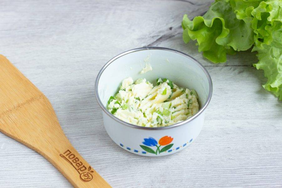 Масло тщательно перемешайте с рубленным зеленым луком (немного лука отложите), при желании масло поперчите и посолите.