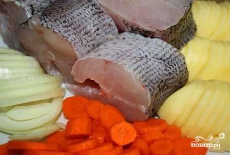 Чистим и нарезаем овощи. Лук, картофель и морковь я режу кружочками. Но это не принципиально.