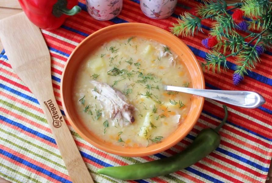 Гороховый суп с индейкой готов. Подавайте к столу на первое в обед.