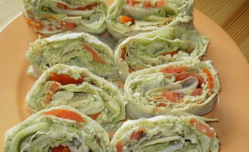 Заворачиваем аккуратно лаваш. Можно положить его в холодильник на какое-то время, чтобы пропитался. Но можно и сразу нарезать его на порционные кусочки. Вот такие быстрые и вкусные вегетарианские рулеты из лаваша получаются! Приятного аппетита!