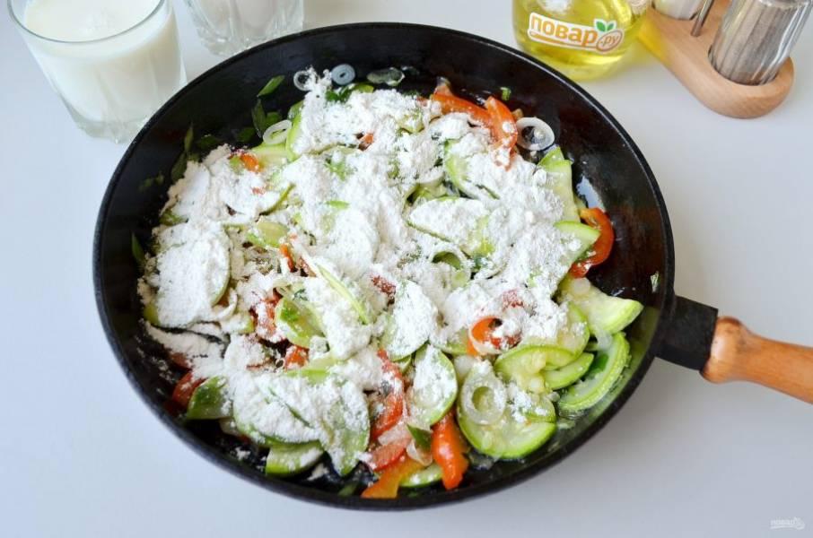 5. Всыпьте пшеничную муку, перемешайте, жарьте овощи с мукой около минуты.
