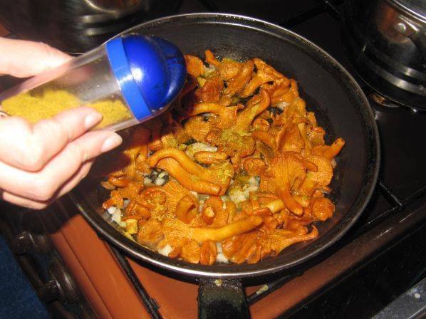 3. На сковороду отправить сначала лук, обжарить до прозрачности, а затем добавить грибы. На среднем огне жарить, периодически помешивая. Добавить соль, перец, специи по вкусу.