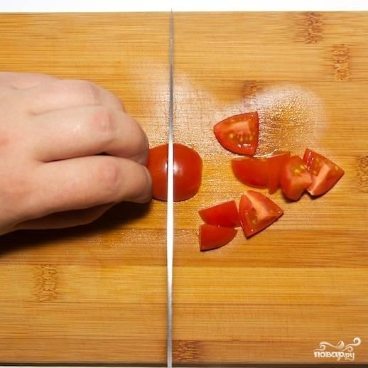 Каждую помидорку черри разрезаем на 8 равных частей.
