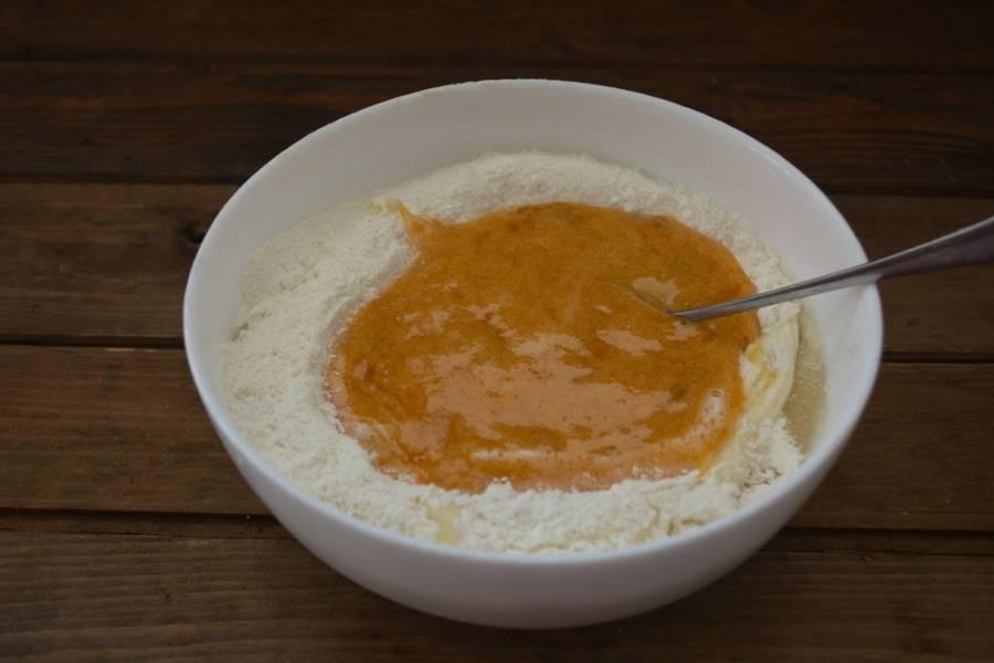 Варенье и кефир добавьте в тесто. Замесите.