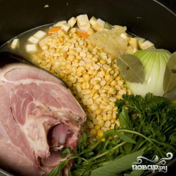 Добавьте лук и ветчину (если потребуется до разделите ветчину, но не ломайте кость, так как костный мозг испортит вкус). Добавить зелень.