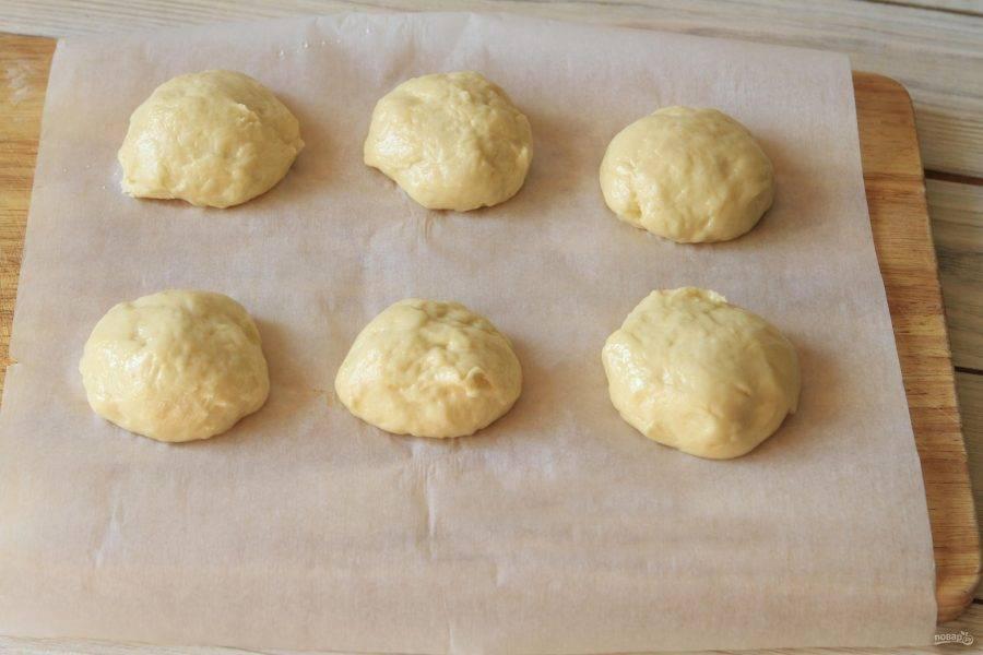 Когда тесто отдохнуло, смажьте руки и поверхность стола растительным маслом, формируйте шарики одинакового размера. Тесто фаршируйте любой начинкой, которая будет вам по душе и ставьте выпекаться в разогретую духовку на 40-50 минут.