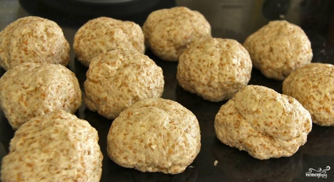 2. Затем добавляем кефир и муку двух видов, а также яйцо и остальные ингредиенты. Замешиваем тесто. Масса получается кремообразной. Оставляем тесто в холодильнике минимум на 6 часов. Лучше готовить его вечером, а утром делать выпечку.