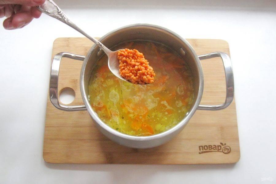 Когда овощи будут почти готовы, тщательно помойте красную чечевицу и добавьте в суп. Посолите и поперчите по вкусу.