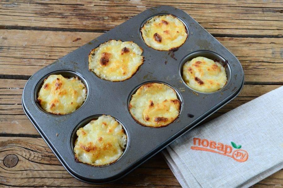 Запекайте гратен из картофеля в духовке при температуре 180 градусов 25-30 минут. Сверху маффины должны стать хорошо румяными. Кушайте с удовольствием!