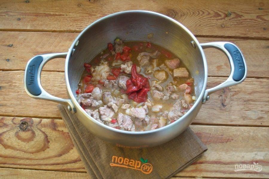 Добавьте томаты, нарезанные кубиком, или томатную пасту. Тут можно по сезону.
