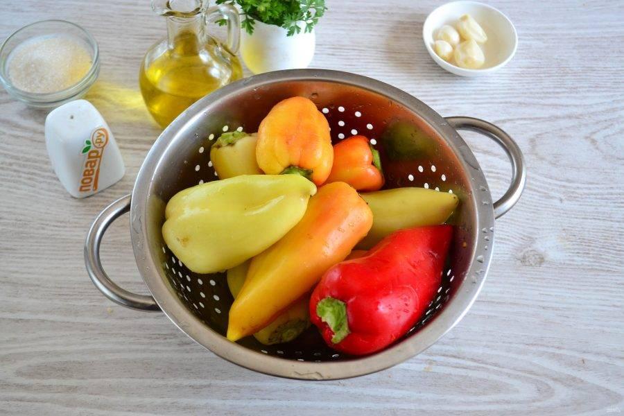 Перец хорошо промойте. Слишком длинные хвостики обрежьте, но очищать от плодоножек и семян не надо. Каждую перчинку проткните вилкой или ножом в нескольких местах, чтобы кожица не лопалась при жарке.