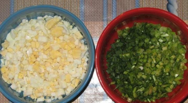 Яйца отварите вкрутую, затем очистите их и мелко нарежьте. Перья зеленого лука промойте и измельчите.