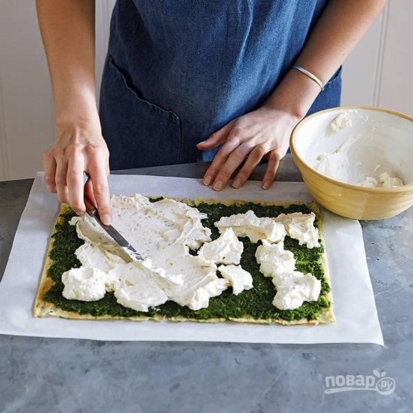 8.Сливочный сыр заранее отправьте в холодильник на полчаса, затем смажьте шпинатный слой.