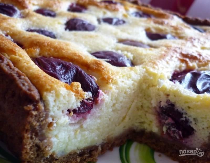 Духовку разогрейте до ста восьмидесяти градусов. Поставьте в нее пирог, выпекайте его сорок минут до полной готовности. Подавайте горячим или же в остывшем виде.