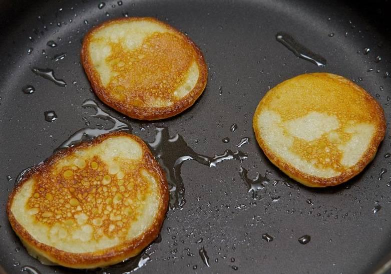 Как только оладьи зазолотятся с обеих сторон, значит можно доставать со сковороды и жарить новую порцию. Так жарим оладьи из всего теста.