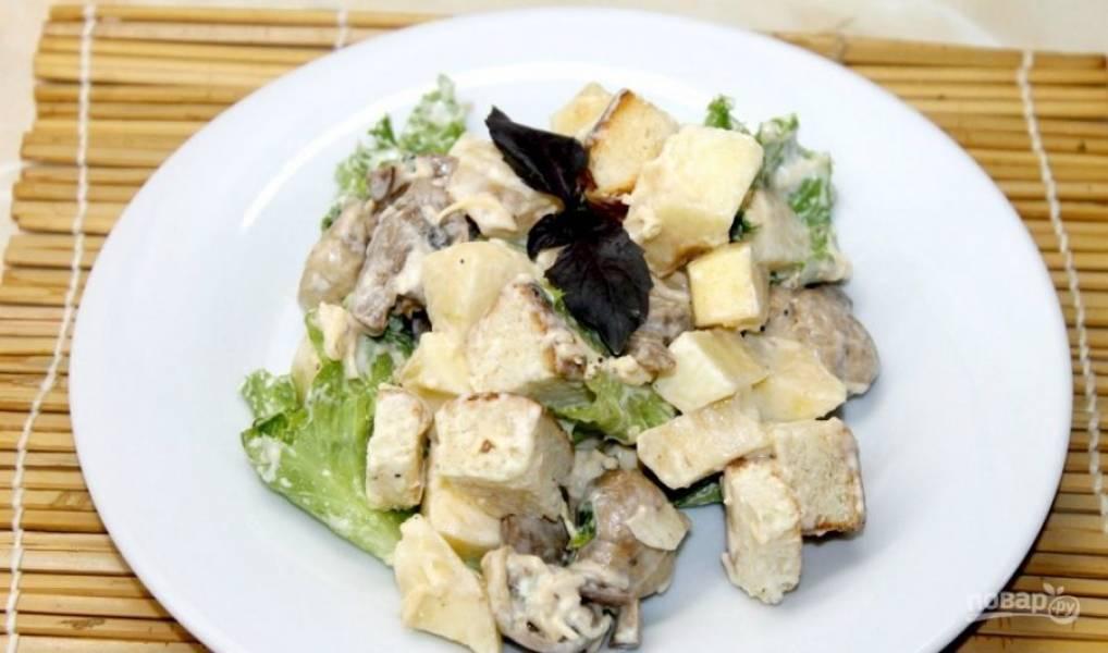 Салат заправьте солью и перцем. Всё перемешайте. Приятного аппетита!