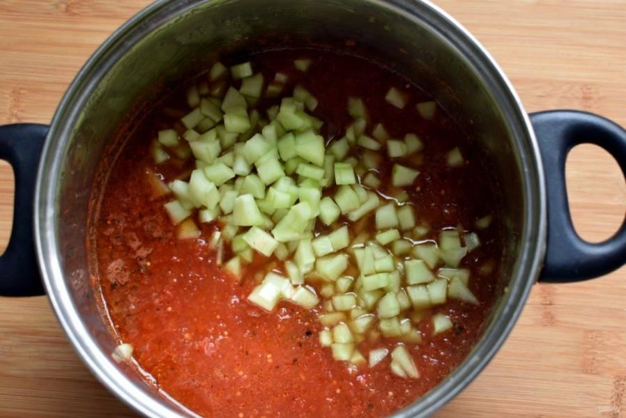 Дайте закипеть томатной массе с пряностями и специями, и опустите кубики огурцов. Варите не более 10-15 минут.
