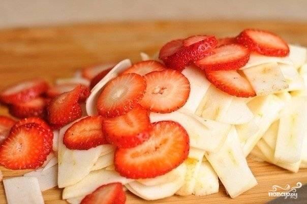 4. В данный рецепт приготовления творожного пирога в духовке я очень рекомендую использовать яблоки и клубнику. Очистите, вымойте и нарежьте тонкими ломтиками.
