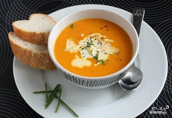 4.Налейте суп в тарелку. Добавьте сметану. Блюдо красиво оформите зеленью. Особый вкус супу придают гренки и сыр с плесенью.