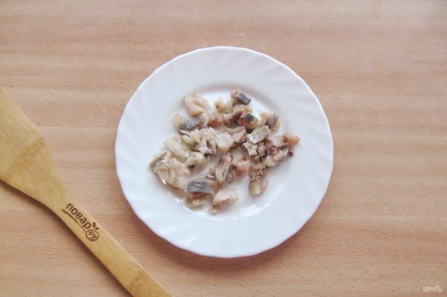 Филе соленой сельди мелко нарежьте.