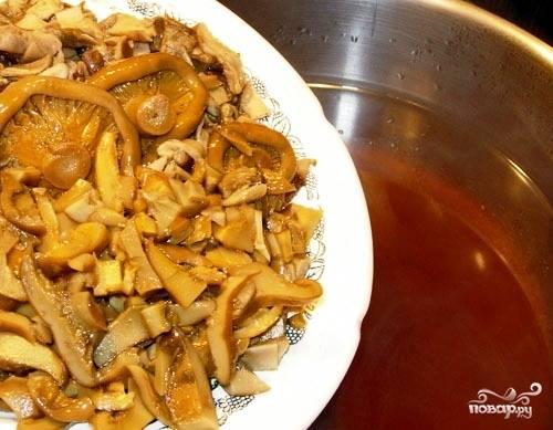 Грибной бульон необходимо процедить и вернуть обратно в кастрюлю. Теперь кладем в бульон мелко нарезанные соленые или маринованные грибы, а также мелко нарезанные отваренные сушеные белые грибы.