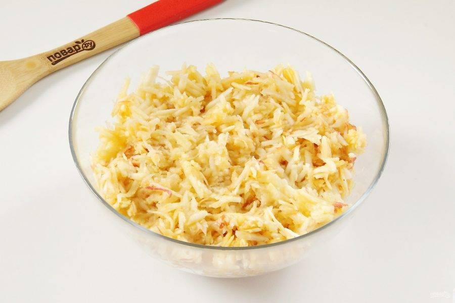 Яблоки помойте, разрежьте пополам, удалите сердцевинку и натрите на крупной терке. Шкурку оставьте, а мякоть переложите в глубокую миску.