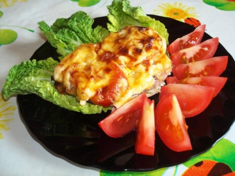 8. Если вы готовите свинину в духовке с сыром в домашних условиях к праздничному столу, то подавайте ее на большом блюде, украсив зеленью. Для ужина подойдут свежие овощи и листья салата, а также запеченный картофель - в качестве гарнира.