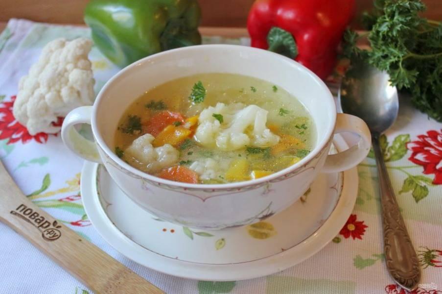 Овощной суп с цветной капустой и сельдереем готов. Подавайте к столу на первое в обед.