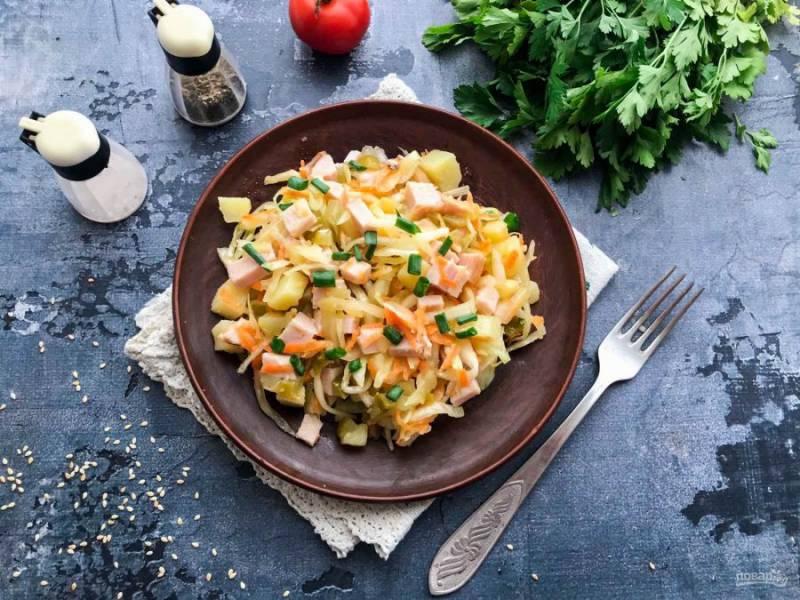 Салат с квашеной капустой и ветчиной готов. Приятного аппетита!