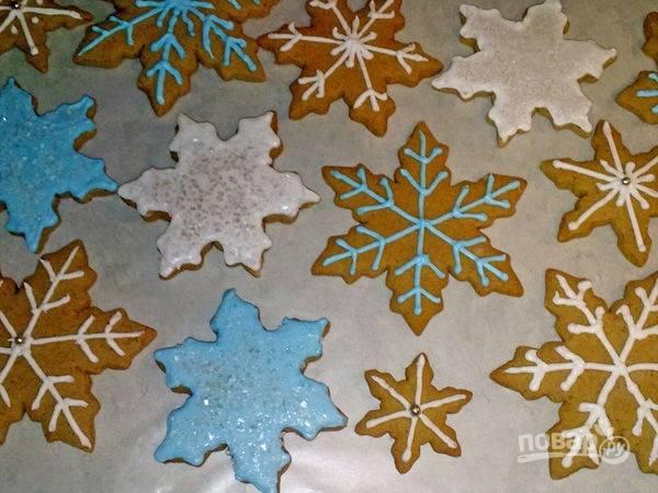 Украсьте имбирное печенье глазурью. Полностью остудите его. Приятного чаепития!