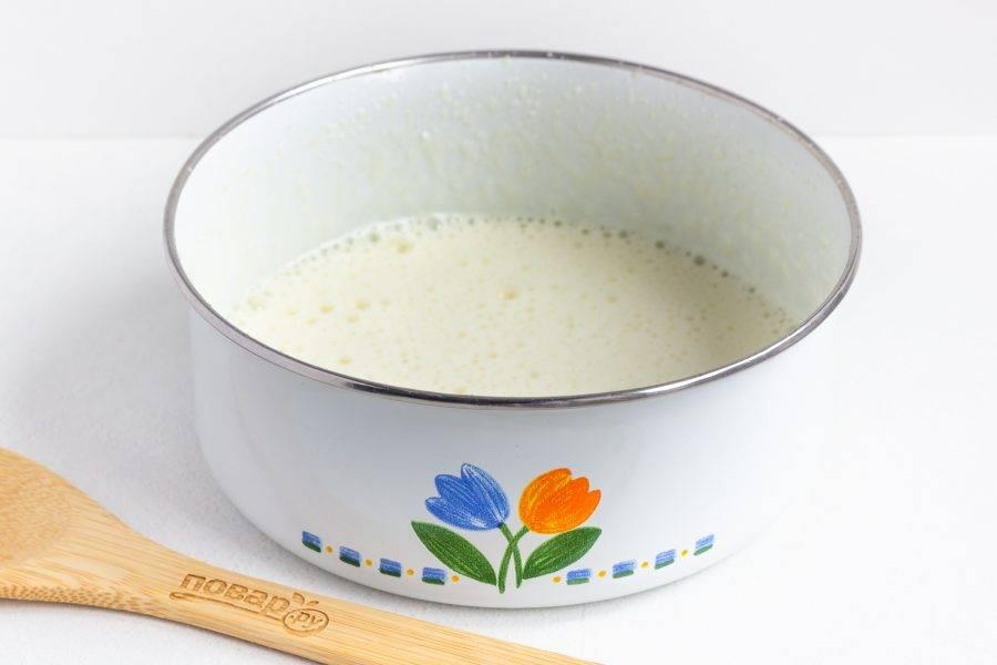 Желтки взбейте с горячей водой до пены, добавьте оставшийся сахар, ванилин и лимонный сок.