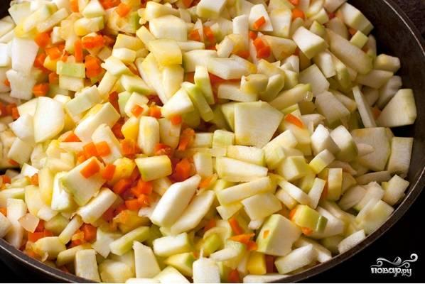 3.Через 5 минут после моркови бросаем нарезанные кабачки, тушим 15 минут, все время помешиваем. Кабачки должны быть мягкими.