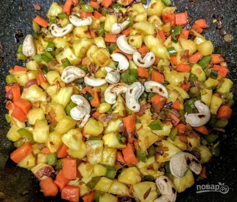 4. Теперь добавьте жареные кешью в сковороду и тушите смесь в течение 1-2 минут. Приправьте овощи соевым соусом, красным перцем, кориандром, тмином, солью и перцем.