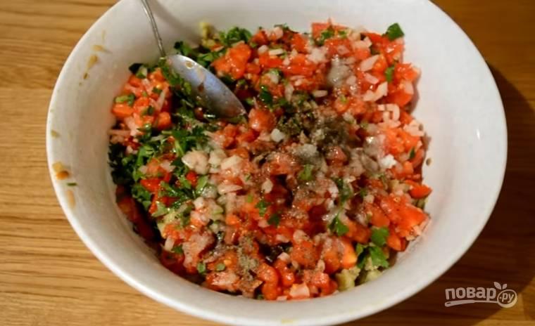 9.Измельченные печеные овощи смешиваем с сырыми, добавляем по вкусу соль и перец, горький перец и всё хорошенько перемешиваем.