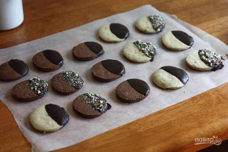 11.Смажьте край печенья шоколадной пастой и украсьте измельченными орехами. Подавайте печенье сразу же после застывания шоколада. Приятного чаепития!
